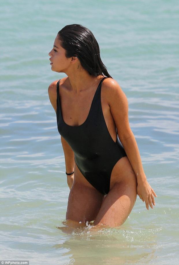 Selena_gomez_sexy_swimsuit_695