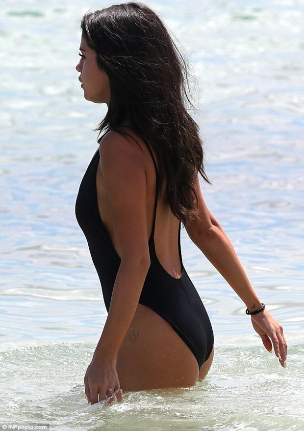 Selena_gomez_sexy_swimsuit_698